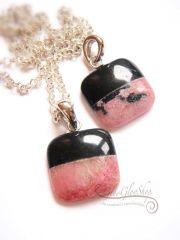 Rózsaszín csipke fekete béléssel.... medál ezüstözött lánccal